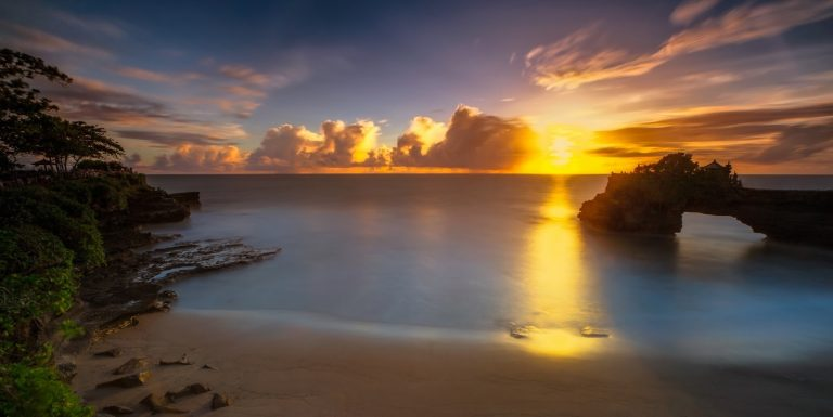 Wisata Pura Batu Bolong, Pemandangan Indah Pantai Selat Lombok